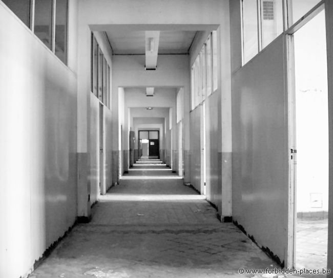Verviers barracks - (c) Forbidden Places - Sylvain Margaine - Looooong corridor