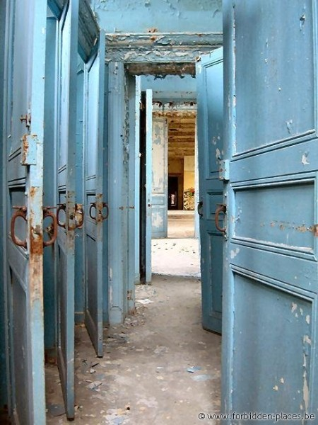 Le Valdor hospital - (c) Forbidden Places - Sylvain Margaine - The toilets and the blue-hospital