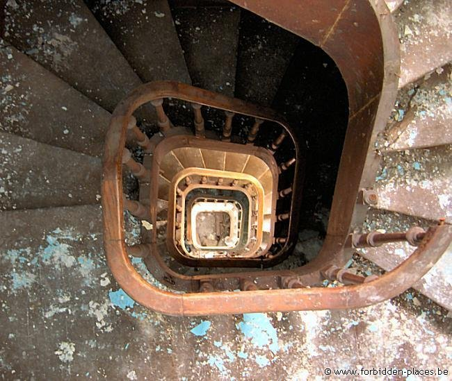 Hospital Le Valdor - (c) Forbidden Places - Sylvain Margaine - Spiral staircase