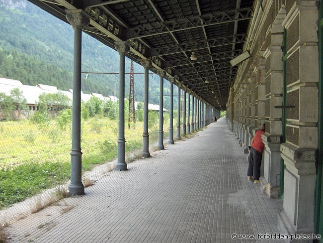 Canfranc railway station - (c) Forbidden Places - Sylvain Margaine - Charlotte looking for an entry