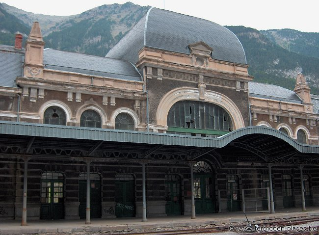 Canfranc railway station - (c) Forbidden Places - Sylvain Margaine - Change desk