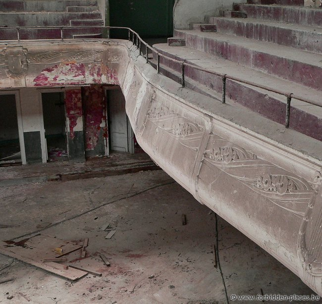 The Cinema Theater Varia - (c) Forbidden Places - Sylvain Margaine - Balcony's guardrail