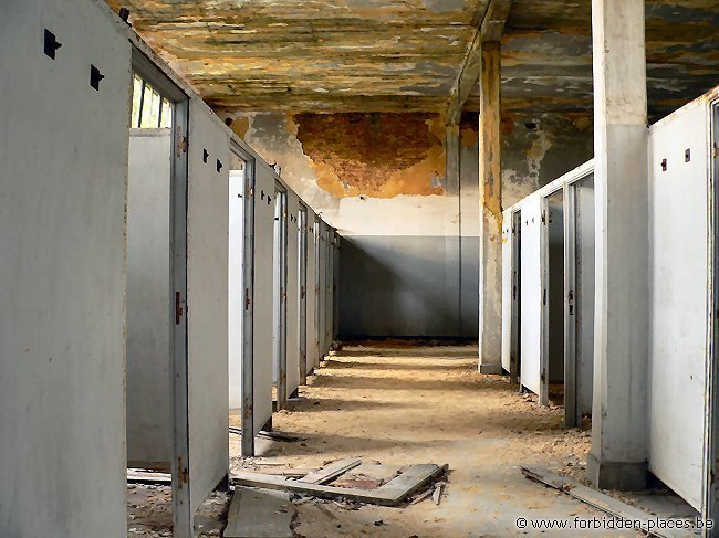 SNCB abandoned building - (c) Forbidden Places - Sylvain Margaine - Workers dressrooms