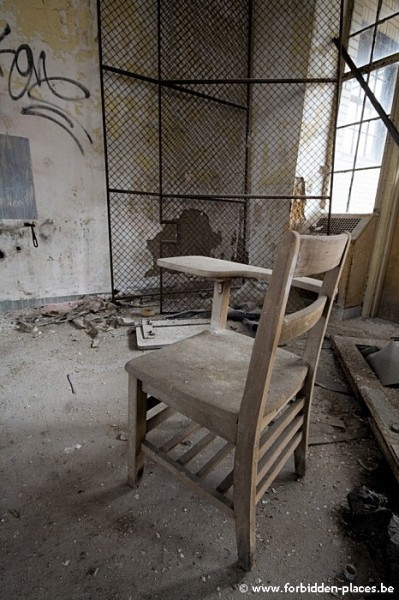 Sea View Children Hospital - (c) Forbidden Places - Sylvain Margaine - Chair and cage