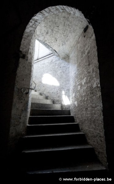 The abandoned crypt - (c) Forbidden Places - Sylvain Margaine - Going deeper