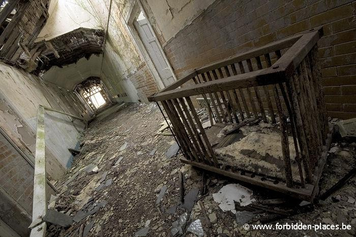 Hellingly hospital (East sussex mental asylum) - (c) Forbidden Places - Sylvain Margaine - Corridor & baby parc