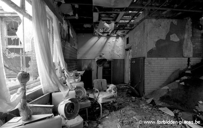 Hellingly hospital (East sussex mental asylum) - (c) Forbidden Places - Sylvain Margaine - Le salon de coiffure