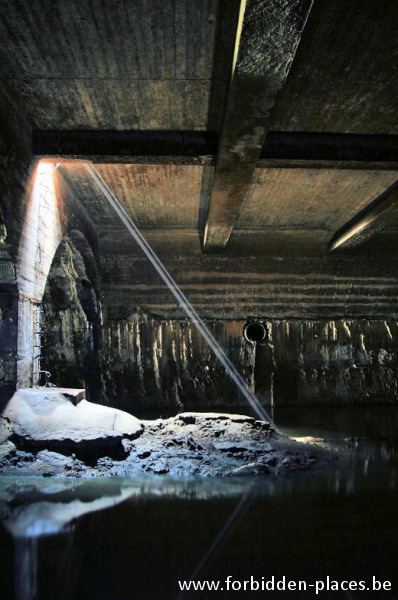 Brussels underground sewers and drains system - (c) Forbidden Places - Sylvain Margaine - Well with ladder leading to the underground river Senne
