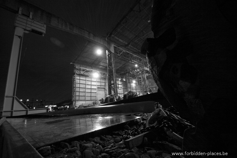 Le chantier naval - (c) Forbidden Places - Sylvain Margaine - Un ancien hangar. On soude.