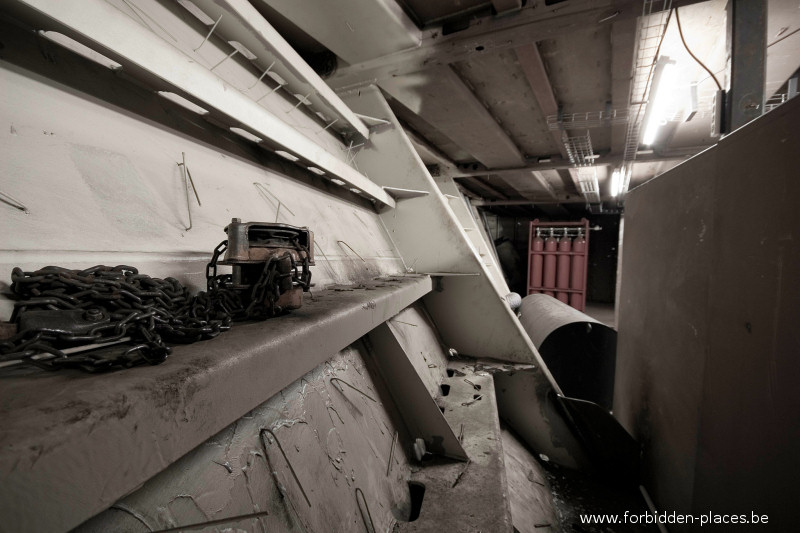 The unknown shipyard - (c) Forbidden Places - Sylvain Margaine - Inside the big boat, the hold.