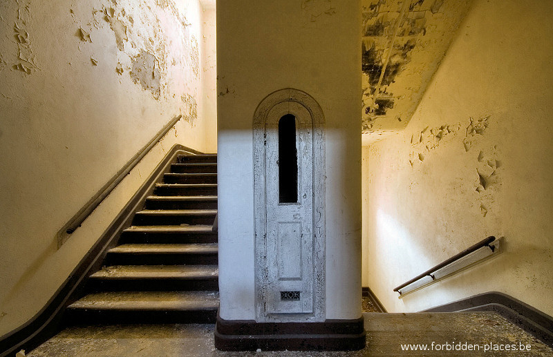 Hudson River State Hospital - (c) Forbidden Places - Sylvain Margaine - 8 - Stairway