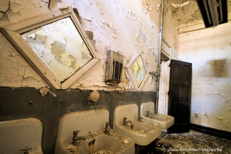Hudson River State Hospital - (c) Forbidden Places - Sylvain Margaine - 25 - Washing room