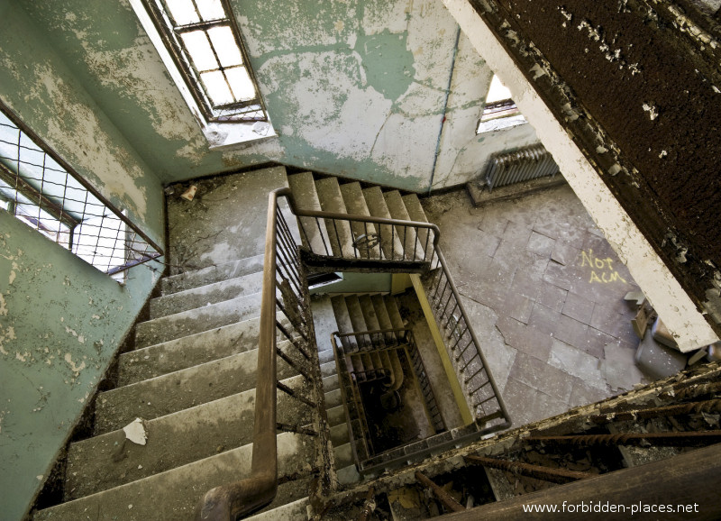New Jersey State Hospital for the Insane - (c) Forbidden Places - Sylvain Margaine - 2- The stairway.