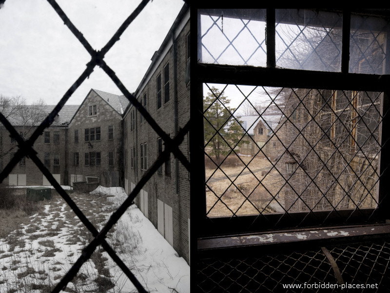 New Jersey State Hospital for the Insane - (c) Forbidden Places - Sylvain Margaine - 10 - A look outside, grey day in Greystone.