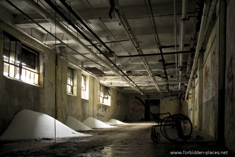New Jersey State Hospital for the Insane - (c) Forbidden Places - Sylvain Margaine - 11 - Snow in the basement.