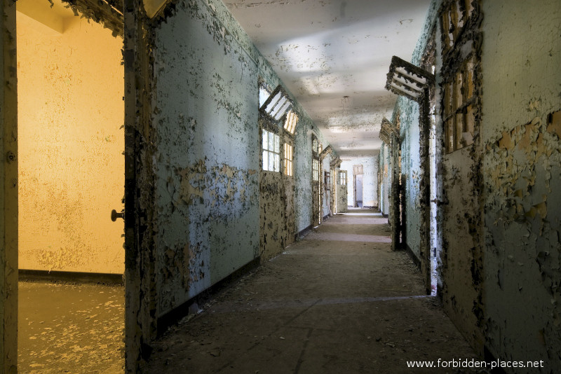 New Jersey State Hospital for the Insane - (c) Forbidden Places - Sylvain Margaine - 22 - Colored hall