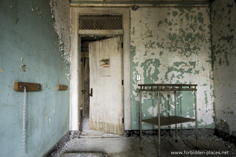 New Jersey State Hospital for the Insane - (c) Forbidden Places - Sylvain Margaine - 26 - The room with the chain.