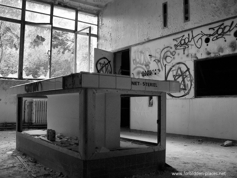 Le Sanatorium Joseph Lemaire - (c) Forbidden Places - Sylvain Margaine - 7 - Table non stérile.