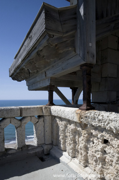 El Castillo de Ilbarritz - (c) Forbidden Places - Sylvain Margaine - 8 - The parapet eroded by the sea.