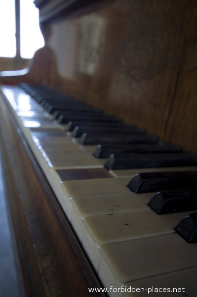 The Castle of Ilbarritz - (c) Forbidden Places - Sylvain Margaine - 13 - One of the many keyboards.