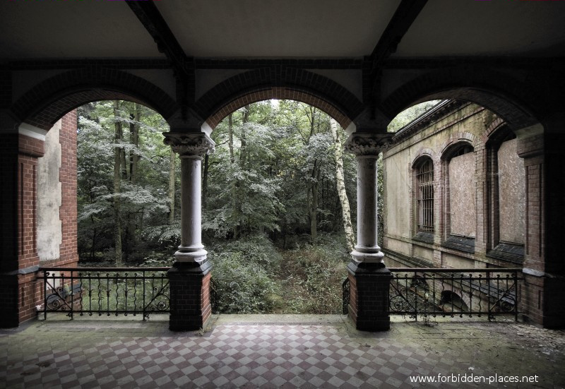 Beelitz-Heilstätten Sanatorium - (c) Forbidden Places - Sylvain Margaine - 1- Welcome. At least 10 buildings are built following the same plans, with a covered terrasse...