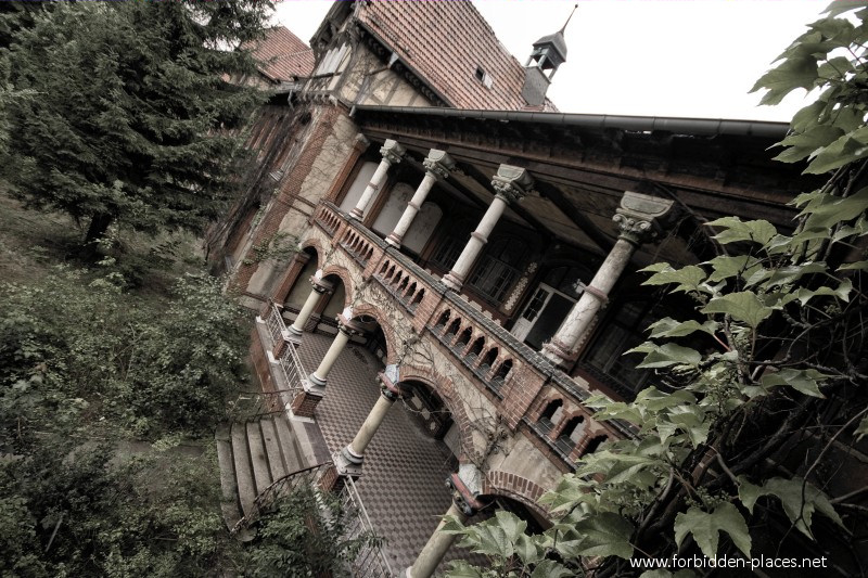 Beelitz-Heilstätten Sanatorium - (c) Forbidden Places - Sylvain Margaine - 2- The same terrasse, seen from outside.