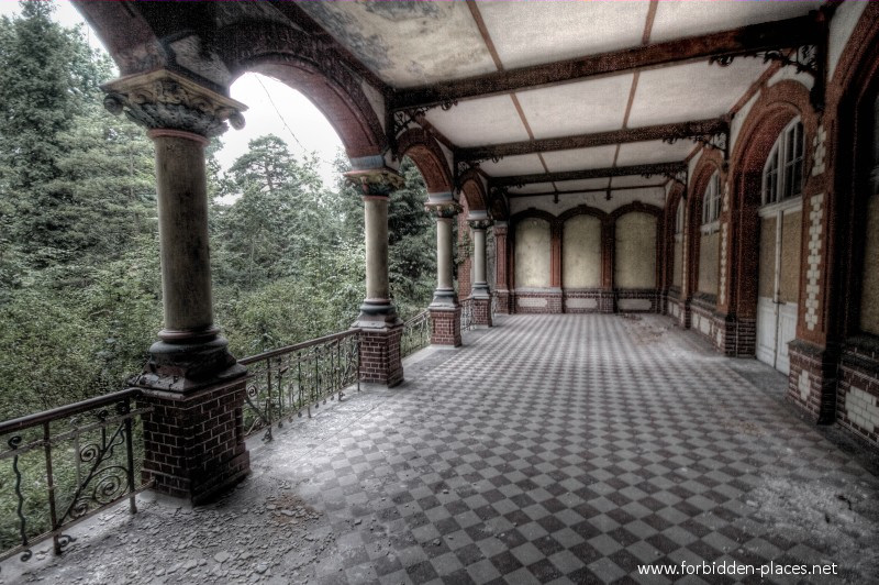 Beelitz-Heilstätten Sanatorium - (c) Forbidden Places - Sylvain Margaine - 8 - Another terrasse.