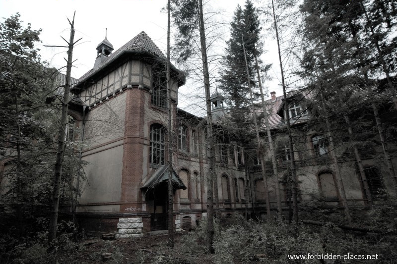 Beelitz-Heilstätten Sanatorium - (c) Forbidden Places - Sylvain Margaine - 9 - Sanatorium built in U-shape.