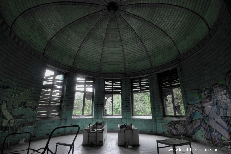 Beelitz-Heilstätten Sanatorium - (c) Forbidden Places - Sylvain Margaine - 10 - The twins bathtub.