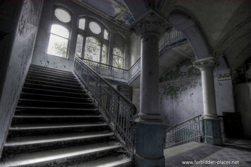 Beelitz-Heilst�tten Sanatorium - (c) Forbidden Places - Sylvain Margaine - 11 - One more stairway.