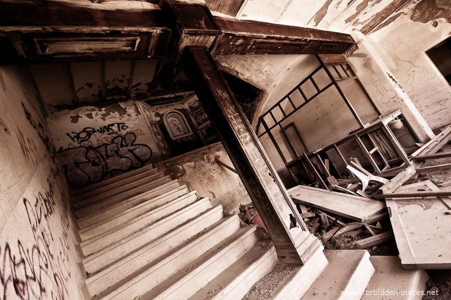 Sabinosa's Sanatorium - (c) Forbidden Places - Sylvain Margaine - 13 - The trashed stairway.