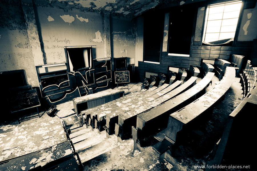Val Beno�t's University - (c) Forbidden Places - Sylvain Margaine - 3- One more lecture theatre.