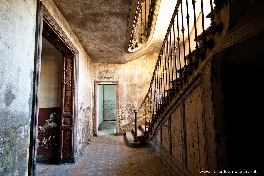 The Hôpital de la Marine - (c) Forbidden Places - Sylvain Margaine - 3- The beautiful stairway.