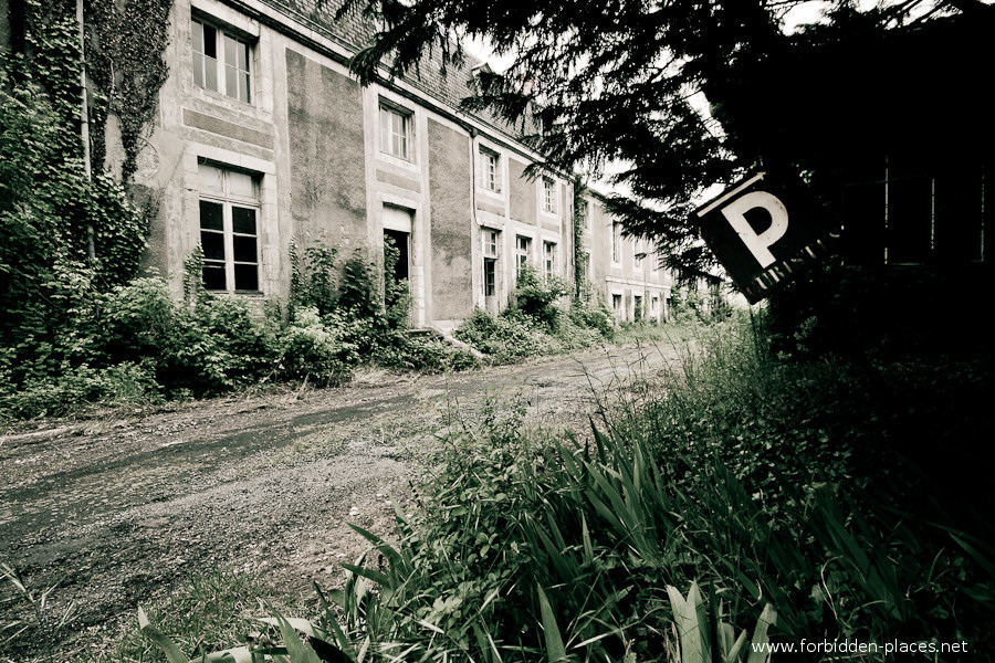 The Hôpital de la Marine - (c) Forbidden Places - Sylvain Margaine - 15 - Parking for persons having hydrotherapy.