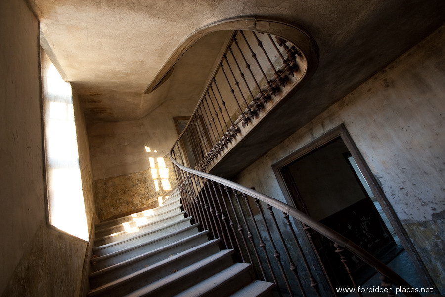 The Hôpital de la Marine - (c) Forbidden Places - Sylvain Margaine - 20 - Stairs