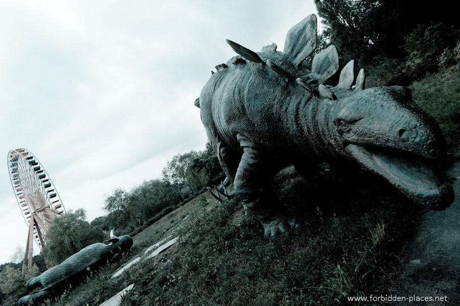 Spreepark - El Parque de Attractiones Abandonado - (c) Forbidden Places - Sylvain Margaine - 1- The last standing dinosaurs welcome the intrepid explorer!