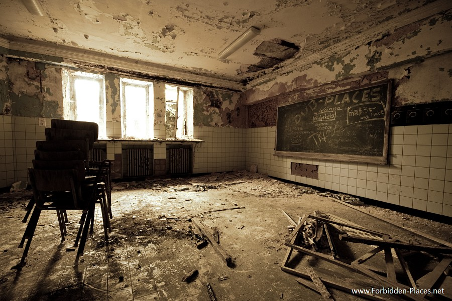 The Castle of Noisy - Miranda - (c) Forbidden Places - Sylvain Margaine - 12 - The classroom, in the basement.