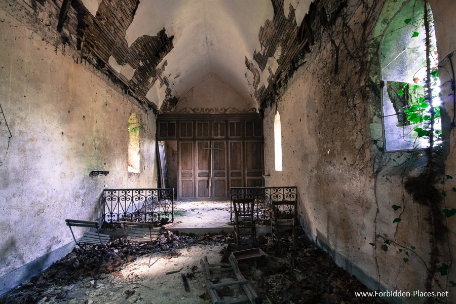 Abandoned Castles from South West of France - (c) Forbidden Places - Sylvain Margaine - 9-  Private chapel.